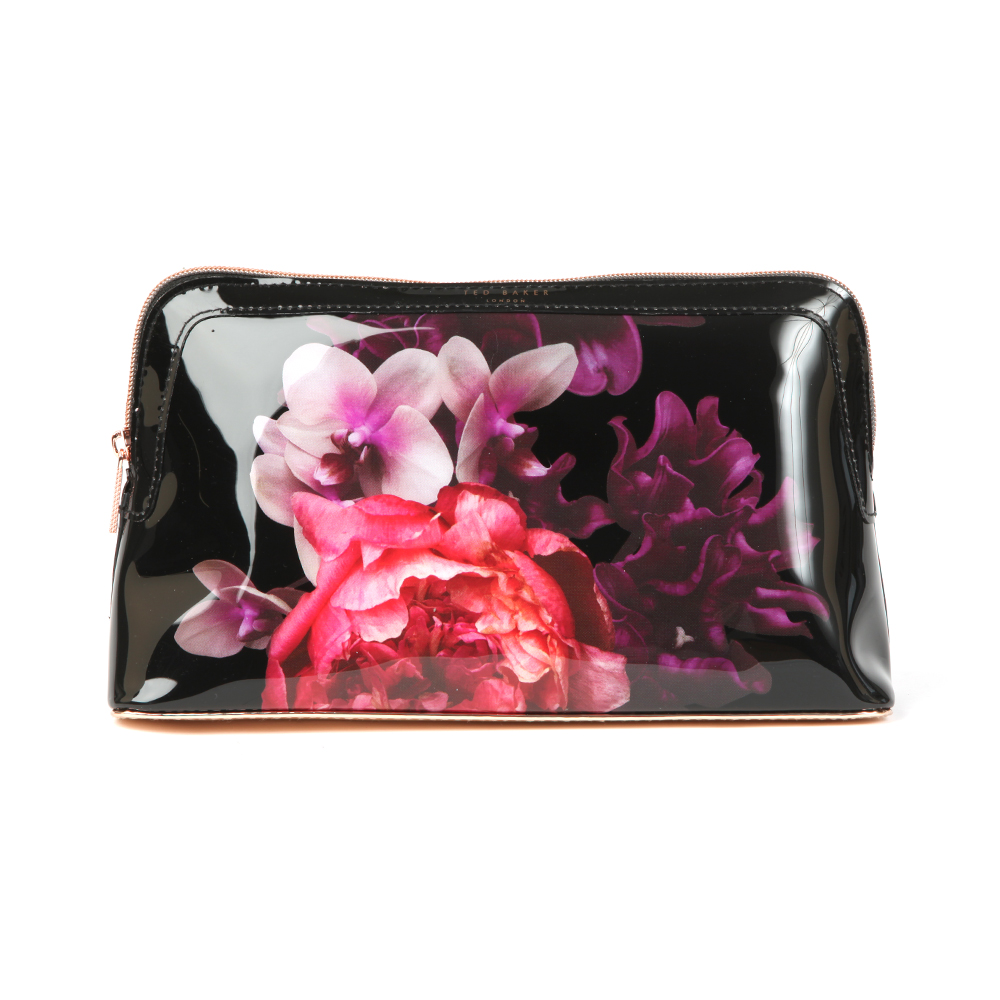 Ted Baker Lelia Splendour Washbag in 'black' displays the new season floral print design, rose gold detailing and coated in an ultra glossy finish. Use the Ted Baker washbag as a makeup bag when on-the-go. Approx: H: 16cm x W: 27cm x D: 7.5cm